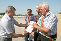 В Горецком районе водители СПК «Овсянка» первыми перешагнули двухтысячный рубеж на перевозке зерна от комбайнов
