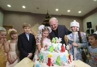"""Лукашенко в преддверии Нового года посетил Городской детский центр медицинской реабилитации """"Пралеска"""""""